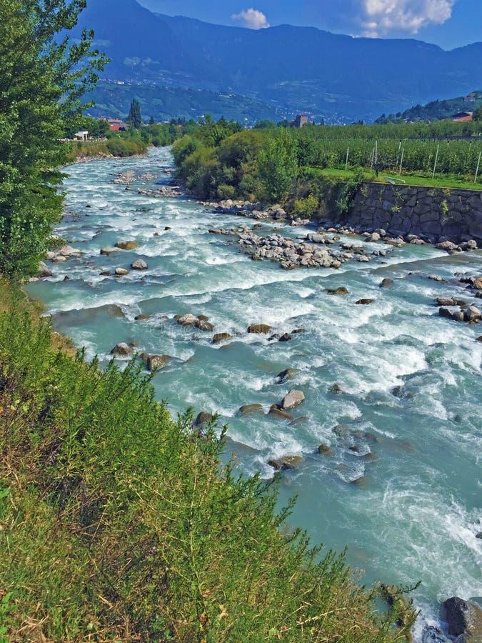 La rivière de passant le long du Vinschgau photographie stock libre de droits