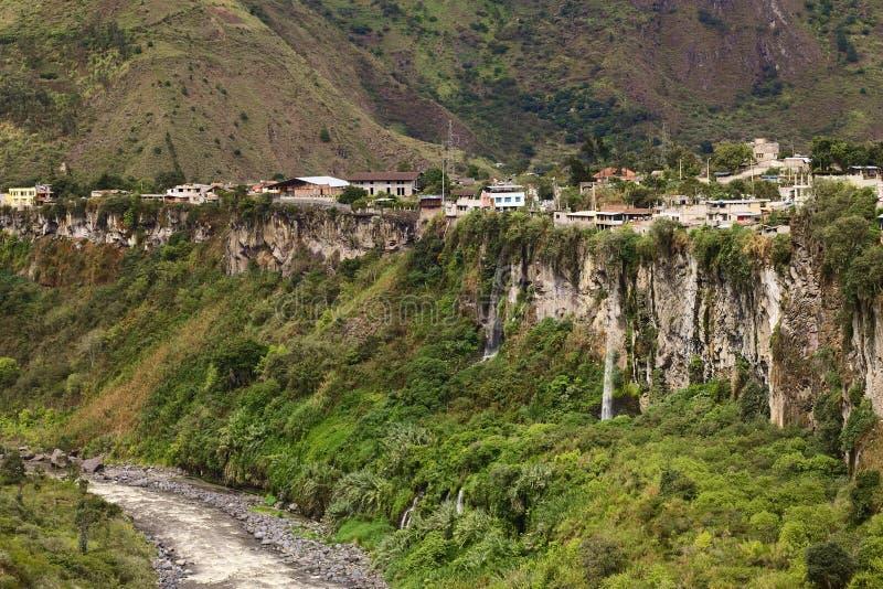 La rivière de Pastaza et la petite ville de Banos en Equateur photo libre de droits