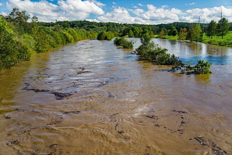 La rivière de Roanoke hors de elle le ` s encaisse - l'ouragan Florence en 2018 images libres de droits