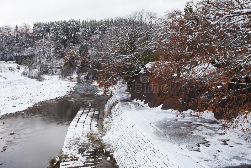 La rivière de Shogawa et le village japonais historique Shirakawa-vont au wint images stock
