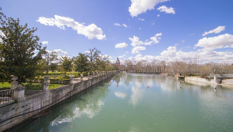 La rivière de Tajo à côté du palais d'Aranjuez cascades avec d image stock