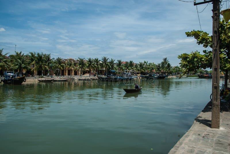La rivière de Thu Bon traversant la ville de Hoi image libre de droits