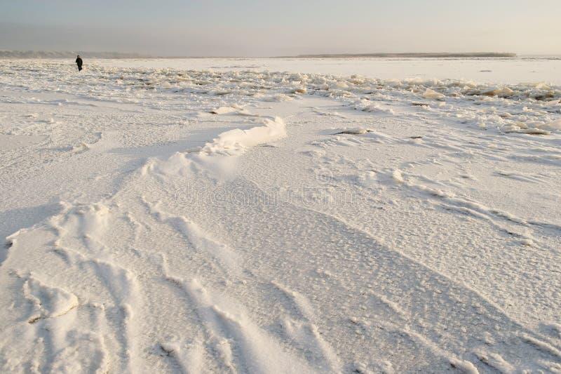 La rivière du nord de Dvina est couverte de la glace images libres de droits