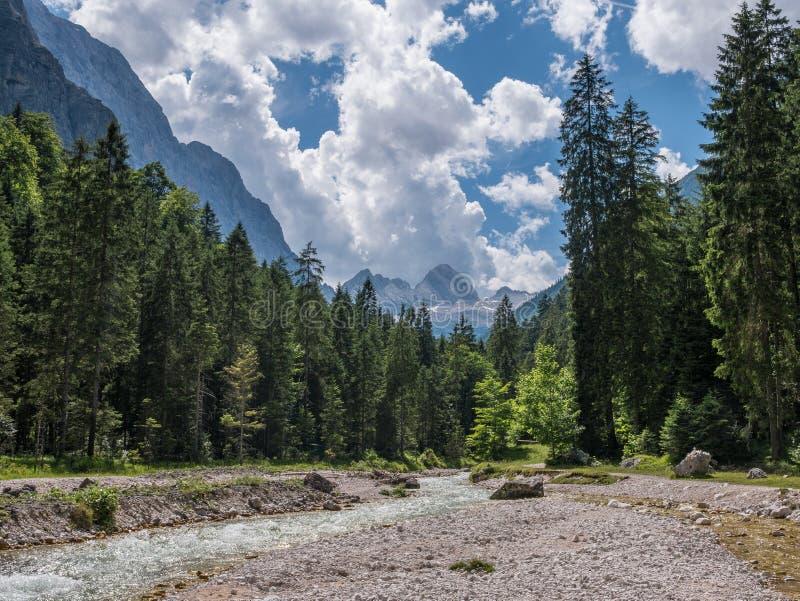 La rivière en montagnes des Alpes au Tyrol, Bavière images stock
