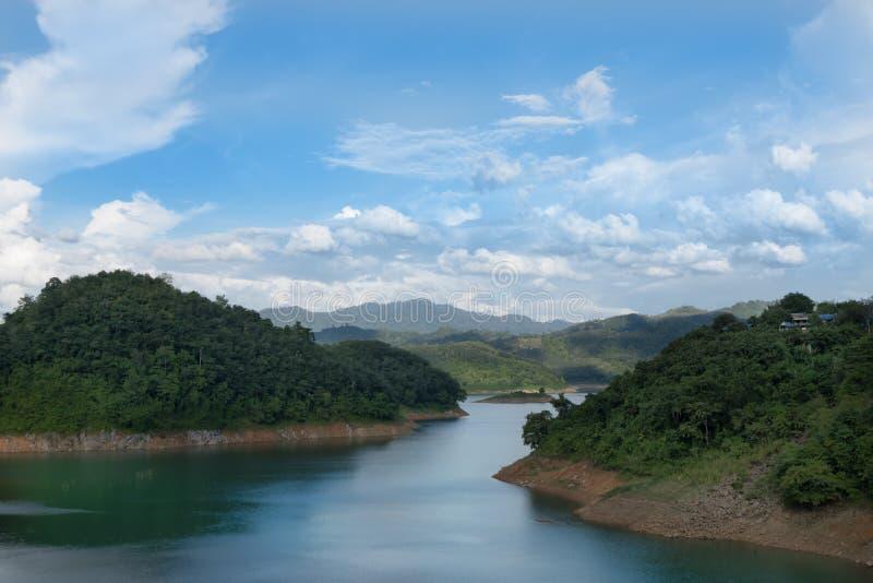 La rivière entre les montagnes et le ciel dégagé photographie stock