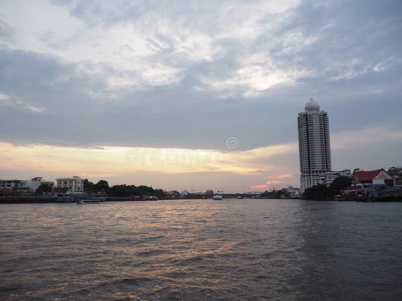 La rivière est détendent images libres de droits