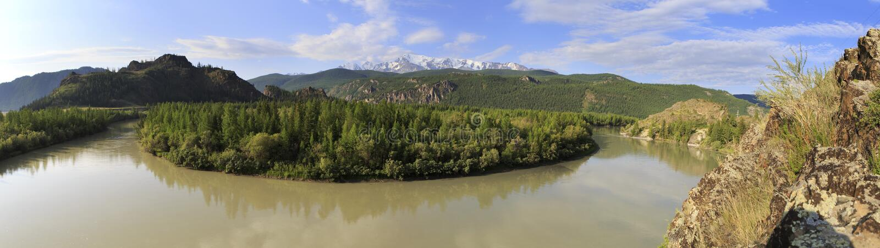 La rivière et la neige de Chuya ont couvert l'arête du nord de Chuysky photographie stock libre de droits