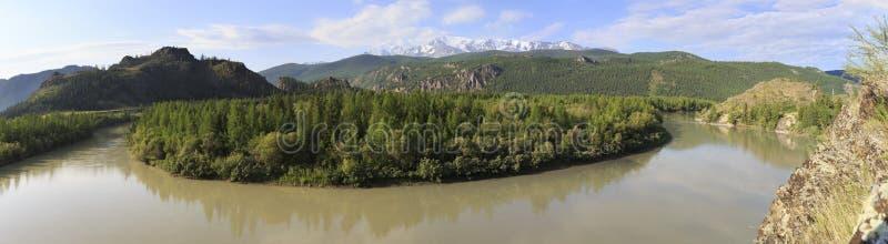 La rivière et la neige de Chuya ont couvert l'arête du nord de Chuysky photos libres de droits
