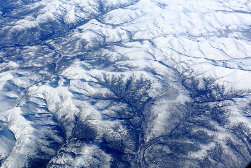 La rivière et les montagnes photographie stock libre de droits
