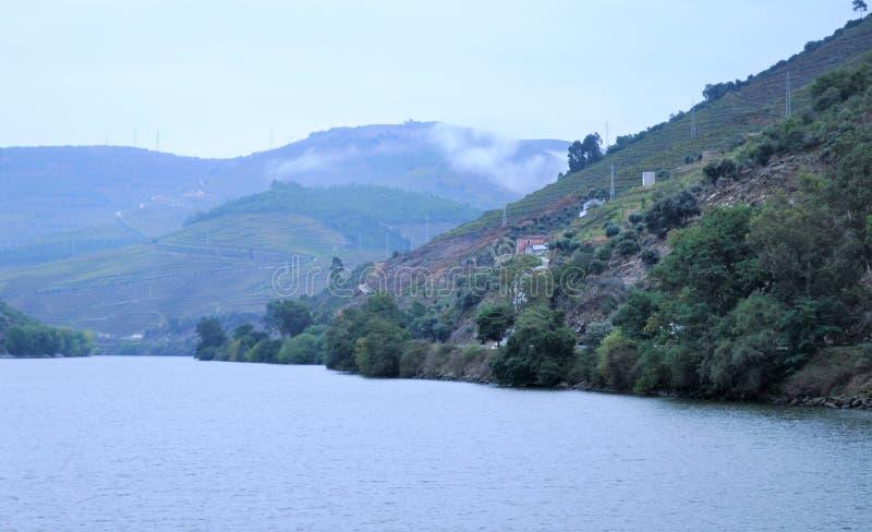 La rivière et les montagnes - rivière de Douro photographie stock libre de droits