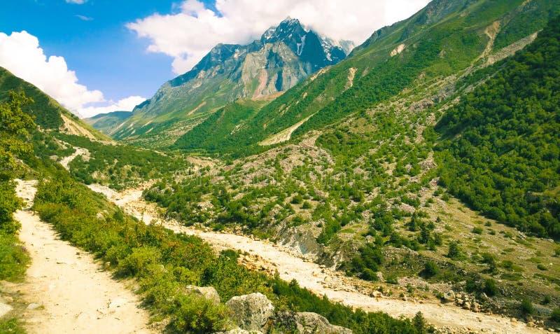 La rivière Ganga coule à travers les sommets enneigés de l'Himalaya en Inde photos libres de droits