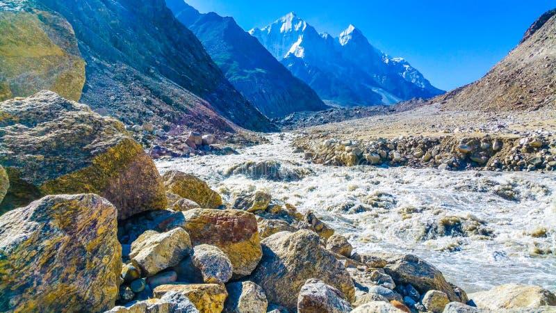 La rivière Ganga coule à travers les sommets enneigés de l'Himalaya en Inde images libres de droits