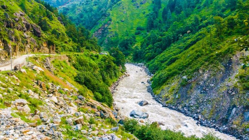 La rivière Ganga coule à travers les sommets enneigés de l'Himalaya en Inde photographie stock libre de droits
