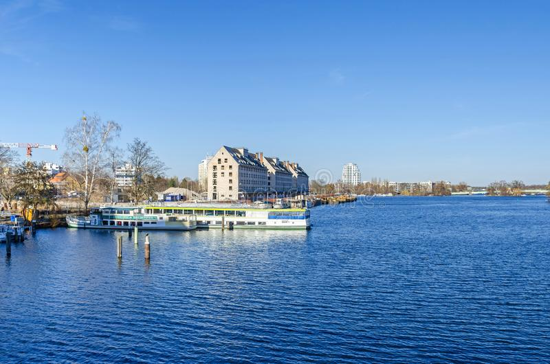La rivière Havel avec l'ancien entrepôt du département de rations d'armée, les bateaux de touristes et Spandauer-voient le pont images libres de droits