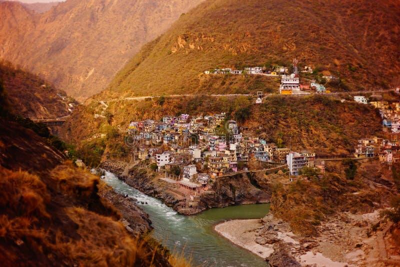 La rivière le Gange coulant parmi les moutains de l'Himalaya près a habité des banques image stock