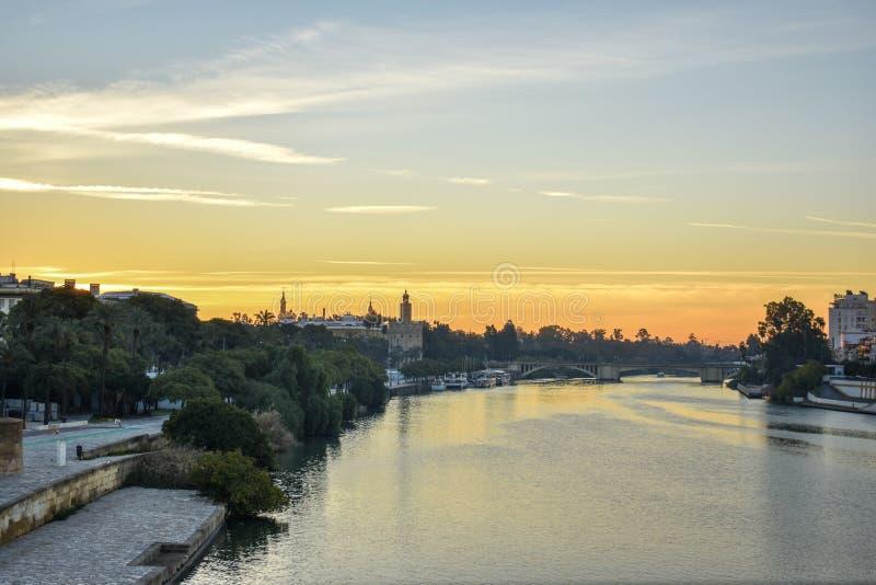 La rivière le Guadalquivir avec la tour d'or au lever de soleil images stock