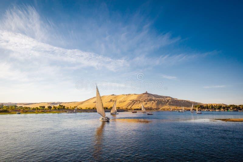 La rivière le Nil avec traditionnel blats au coucher du soleil Vivez sur la rivière le Nil image libre de droits