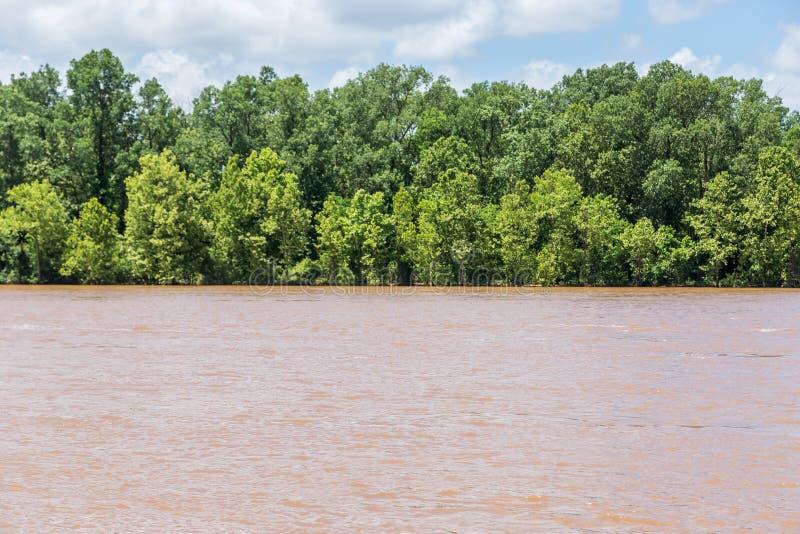 La rivière rouge inondée à Shreveport et ville plus autoritaire Louisiane images stock