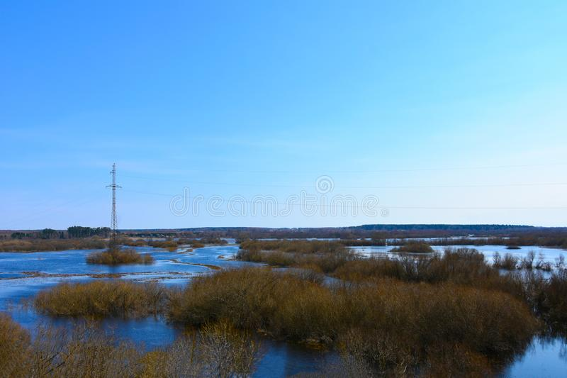 La rivière s'est renversée dans l'inondation après l'hiver photographie stock libre de droits