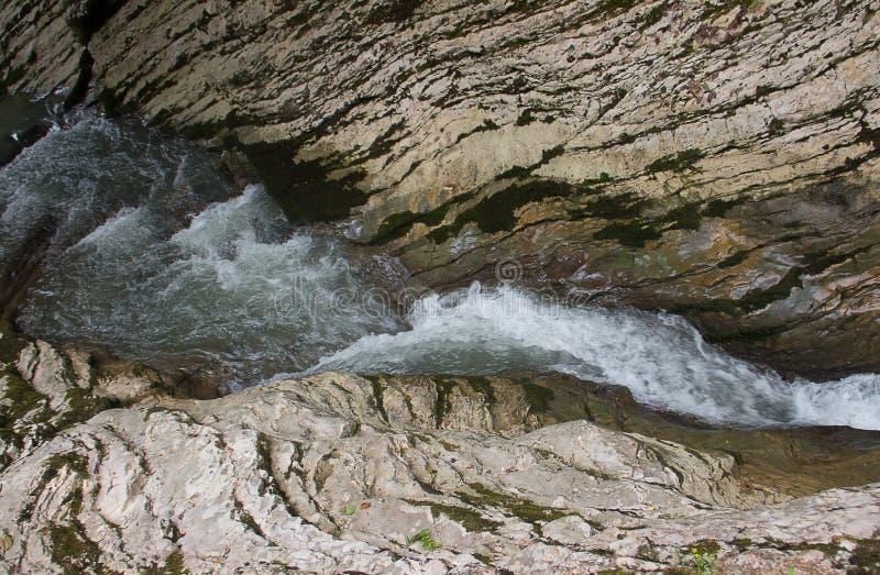 La rivière se transforme en petite belle cascade en montagne photos libres de droits