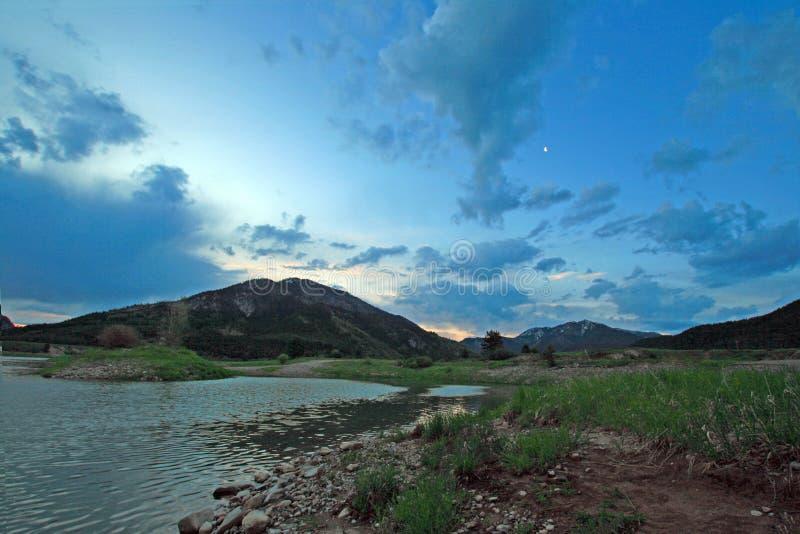La rivière Snake sous le lever de soleil opacifie au Wyoming alpin où elle rencontre la rivière de gris image stock