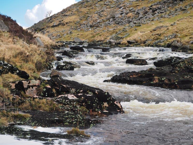 La rivière Tavy cascadant au-dessus des roches par le Tavy se fendent, parc national de Dartmoor, Devon, R-U photos libres de droits