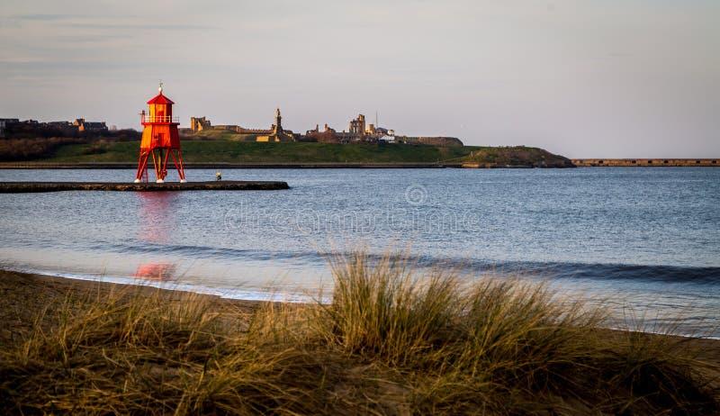 La rivière Tyne - le phare de brise-lames de troupeau image libre de droits