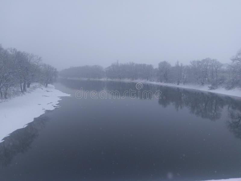 La rivière Wabash dans la tempête de neige à Lafayette Indiana images libres de droits