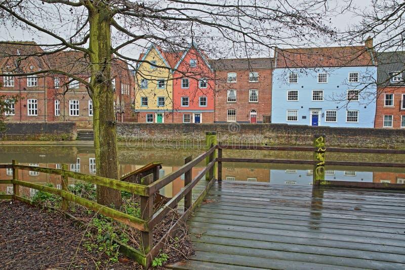 La rivière Wensum de rive avec des réflexions des maisons colorées image stock