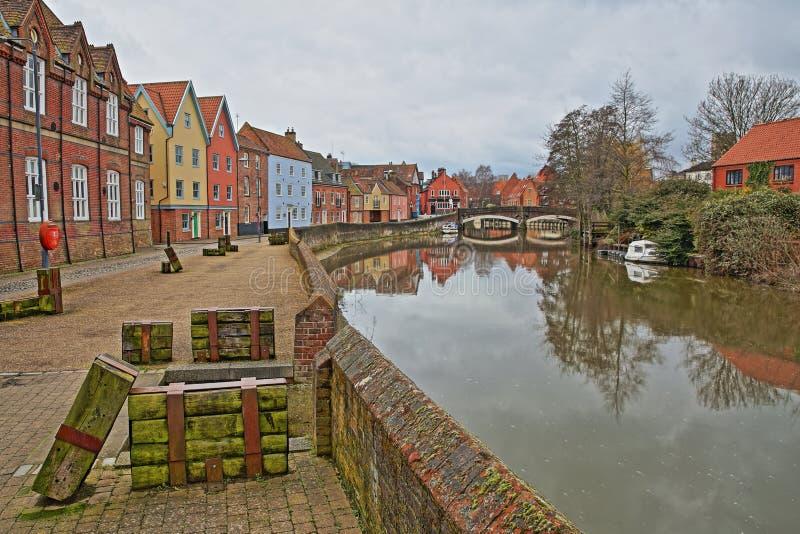La rivière Wensum de rive avec les maisons colorées et le pont de Fye à l'arrière-plan images libres de droits