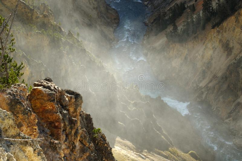 La rivière Yellowstone traverse le canyon grand de yellowstone images libres de droits