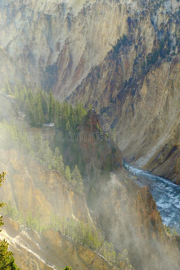 La rivière Yellowstone traverse le canyon grand de yellowstone image libre de droits