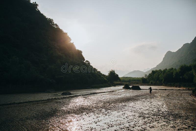 la rizière et l'agriculteur seul dans Phong Nha KE frappent le ressortissant photos libres de droits