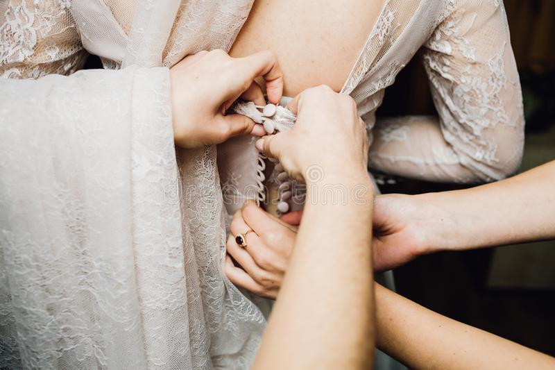 La robe de mariage brodée avec des cristaux et des perles accroche au-dessus du Th images libres de droits