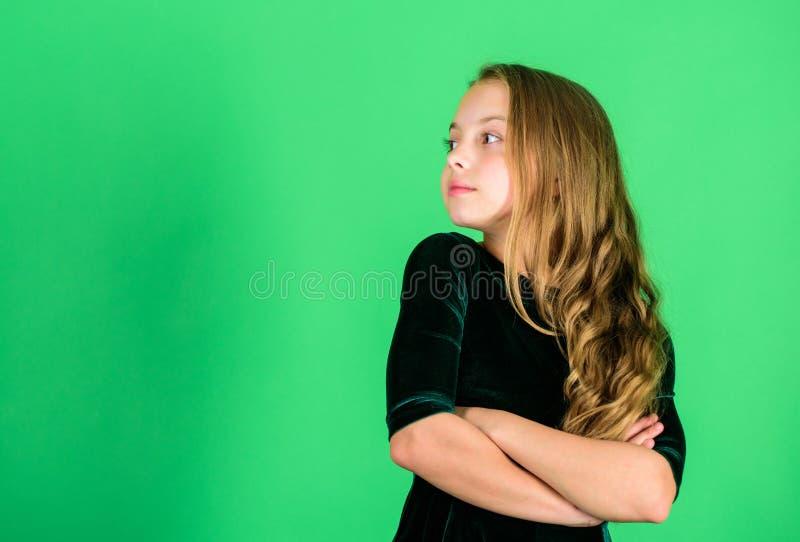 La robe de velours d'obscurité d'usage de petite fille semble élégante et adorable Peu elegancy de coup manqué Longs cheveux bouc images libres de droits