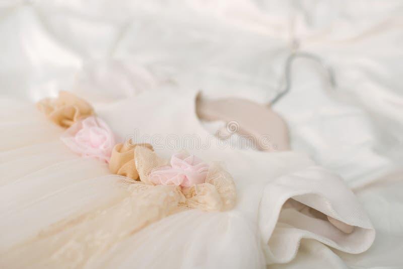 La robe du bébé de baptême accrochant sur un cintre photographie stock libre de droits