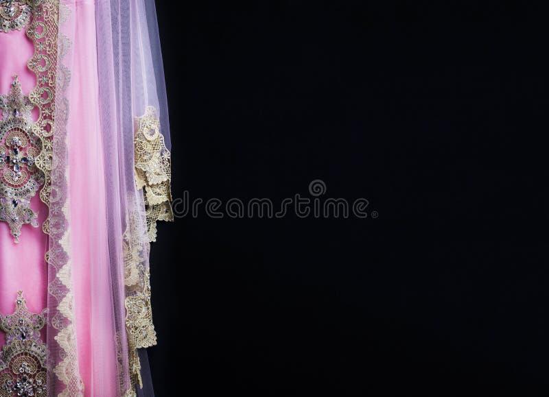 La robe femelle traditionnelle de luxe sur le fond noir habillement nArabian de style image libre de droits