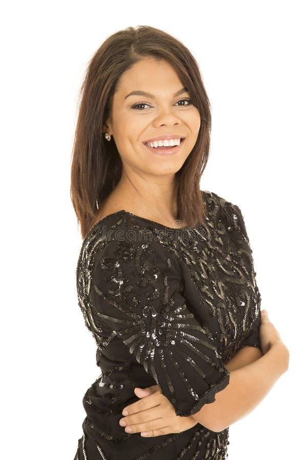 La robe hawaïenne de noir de femme arme le grand sourire plié images libres de droits