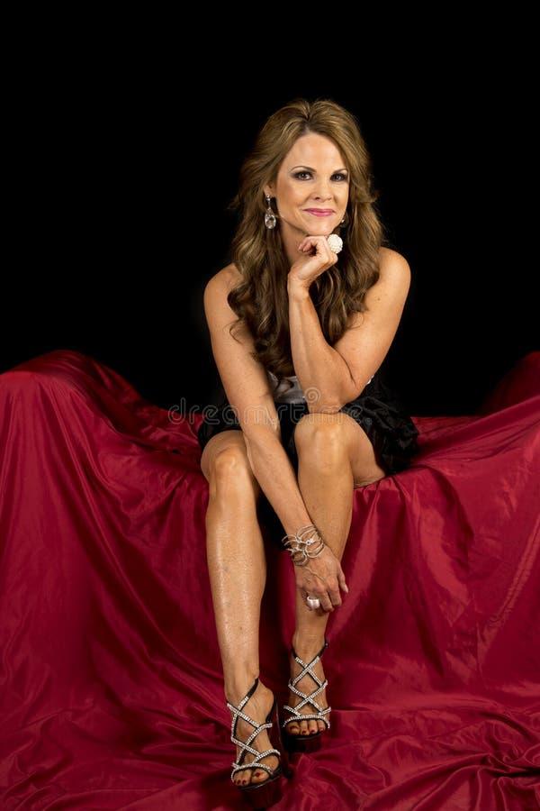 La robe mûre de femme se reposent sur le regard noir rouge images libres de droits
