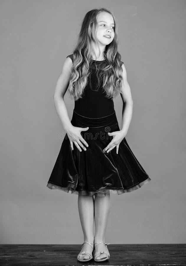 La robe ? la mode d'enfant semble adorable Concept de mode de dancewear de salle de bal Danseur d'enfant satisfait de l'?quipemen images libres de droits