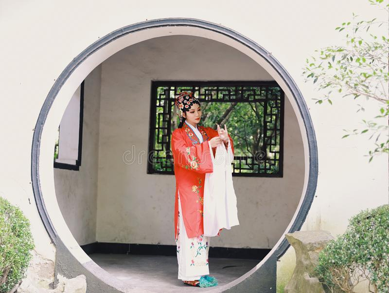 La robe traditionnelle de jeu de drame de la Chine d'Aisa d'actrice de Pékin Pékin d'opéra de costumes de jardin chinois oriental image libre de droits