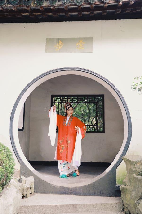 La robe traditionnelle de jeu de drame de la Chine d'Aisa d'actrice de Pékin Pékin d'opéra de costumes de jardin chinois oriental images libres de droits