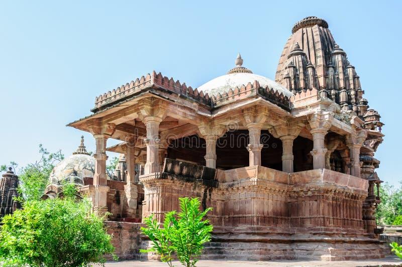 La roca antigua curvó los templos de dioses y de la diosa hindúes foto de archivo