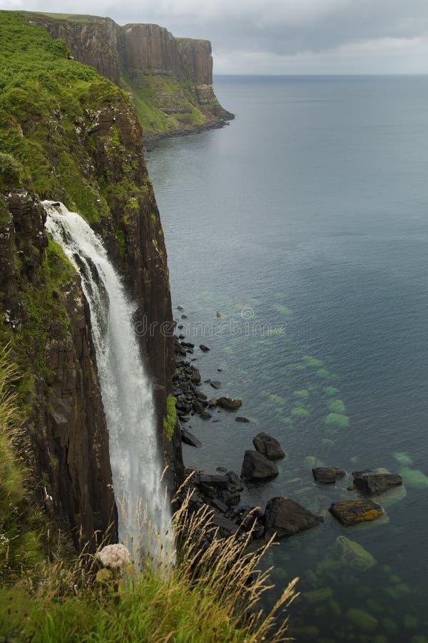 La roca de la falda escocesa cae en la isla de Skye, Escocia imagenes de archivo