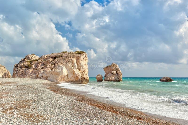 La roca del Aphrodite y tou Romiou del Petra de la playa fotos de archivo