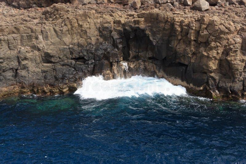 La roca del mar está rompiendo la onda potente foto de archivo libre de regalías