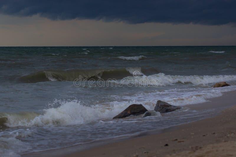 La roca del mar está rompiendo la onda de gran alcance imagen de archivo libre de regalías