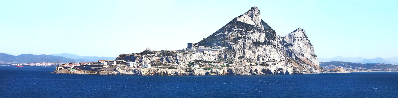 La roca en la vista al mar de la ciudad de Gibraltar Territorio brit?nico panor?mico fotos de archivo libres de regalías