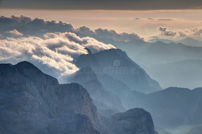 La roca escarpada hace frente sobre el valle nebuloso Julian Alps Slovenia de Trenta foto de archivo libre de regalías