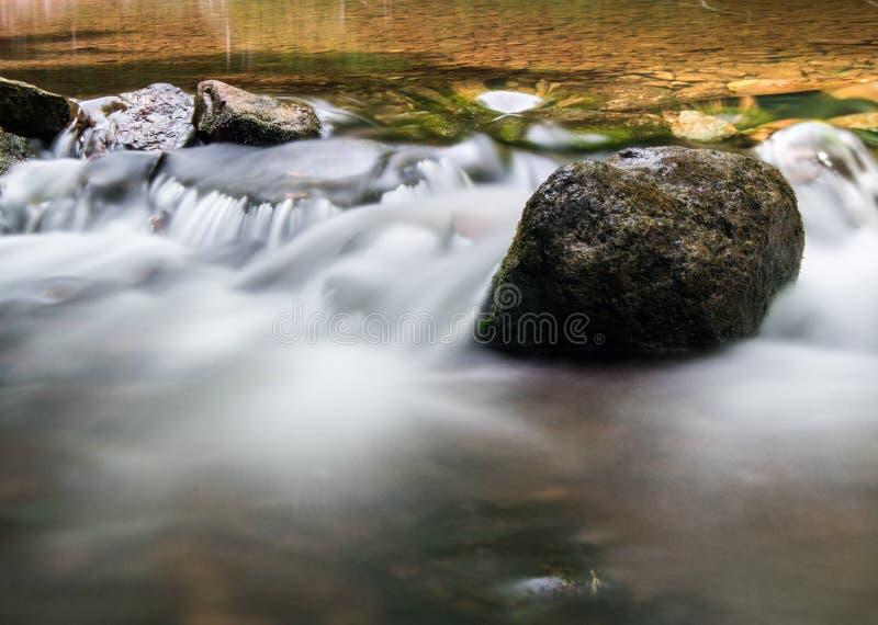 La roca se coloca sólida en el río de Boyne imagen de archivo libre de regalías